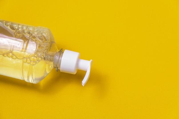 Récipient avec gel d'alcool sur le mur orange