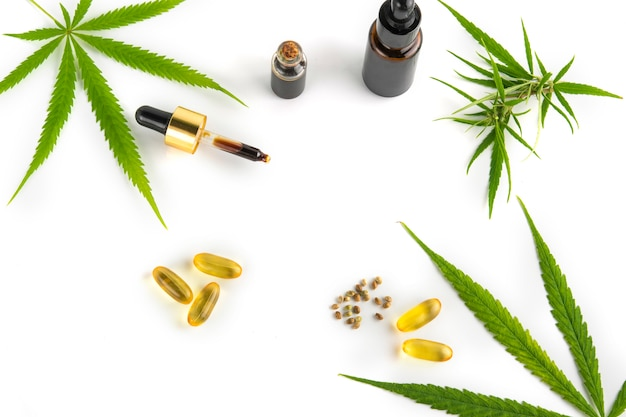 Récipient d'huile essentielle de cannabis avec des feuilles et des graines de cannabis
