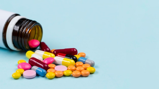 Récipient avec des pilules sur table