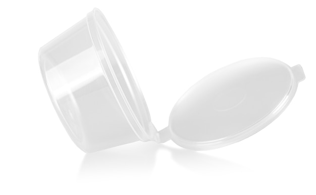 Le récipient en plastique ouvert vide isolé sur fond blanc
