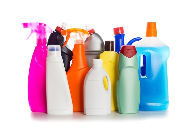 Récipient en plastique de produit de nettoyage pour la maison propre sur le fond blanc