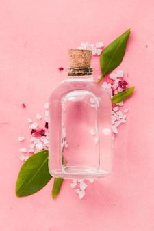 Récipient en verre gros plan sur fond rose