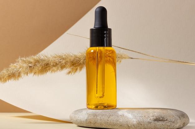 Récipient en verre transparent avec huile naturelle pour le corps et les cheveux. conception de style de mise en page. concept de cosmétologie et de beauté.