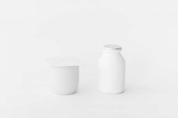 Récipients blancs de produits laitiers