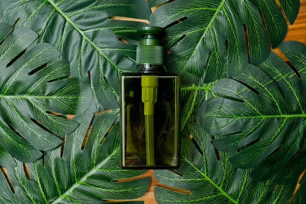 Récipients de bouteille de cosmétiques naturels sur fond de feuille verte, bouteille vide, produit de soin de beauté naturelle,