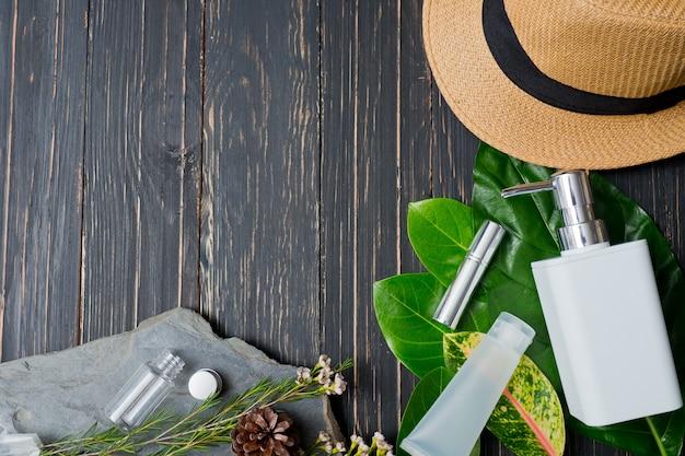 Récipients de bouteille de cosmétiques naturels sur fond de feuille verte
