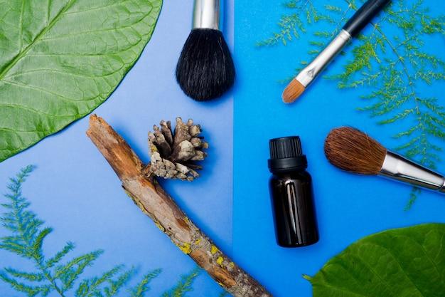 Récipients de bouteille de cosmétiques naturels sur fond de papier de couleur, bouteille vide