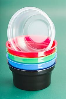 Récipients en plastique de différentes couleurs