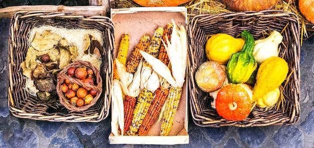 Récolte d'automne. marché nature morte. légumes dans des paniers rustiques