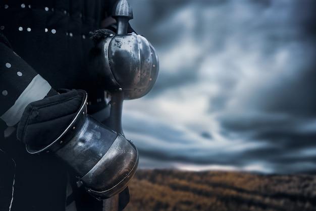 Récolte de chevalier tenant l'épée