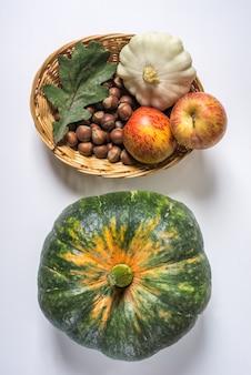 Récolte avec citrouille, pommes, noix. ingrédients crus pour le dîner de thanksgiving.