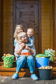 Récolte des enfants et de la grand-mère