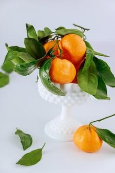 Récolte fraîche de mandarine, mandarine aux feuilles vertes.