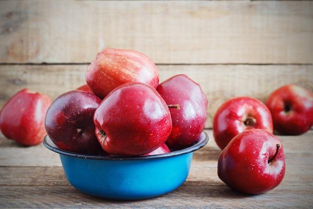 Récolte fraîche de pommes. concept de fruits nature.