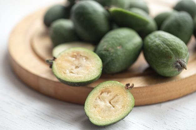 Récolte de fruits verts feijoa des régions tropicales. nourriture saine biologique