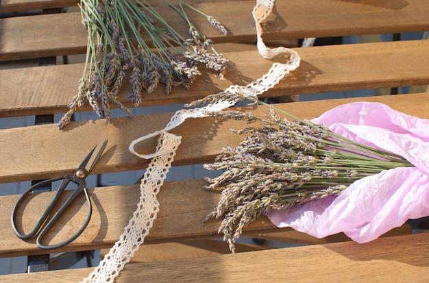 Récolte de lavande bouquet de lavande sur une table en bois avec la lumière du soleil aromathérapie médecine traditionnelle