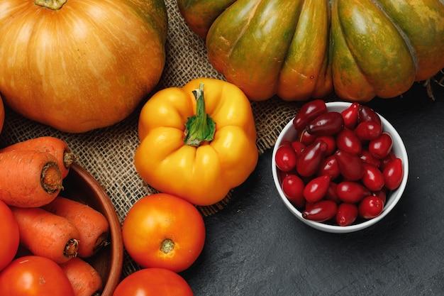 Récolte de légumes d'automne de citrouille, tomates, carottes,