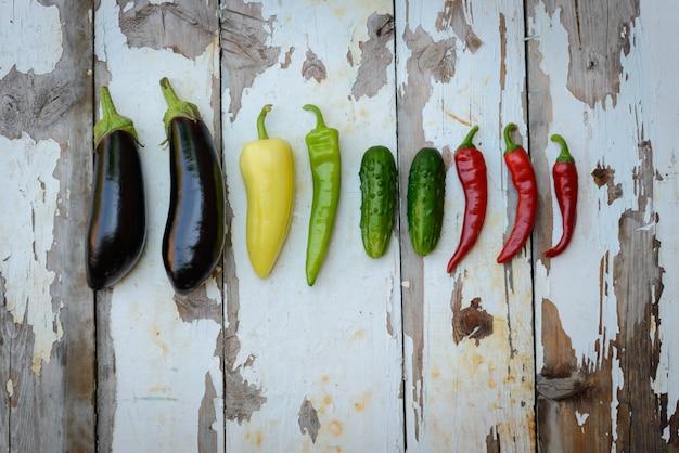 La récolte de légumes qui s'étale sur un fond en bois