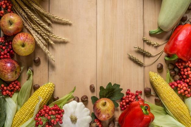 Récolte avec les pommes, le seigle, le maïs, les fruits rouges et le paprika. ingrédients crus pour le dîner de thanksgiving.