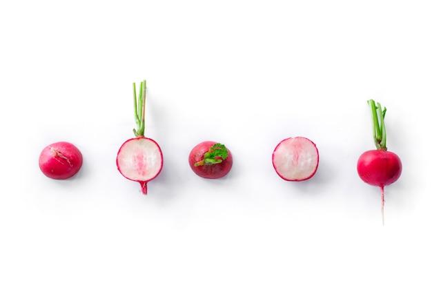 Récolte de radis fraîchement isolée sur blanc. aliments biologiques sains, légumes, agriculture. fond abstrait doos isolé