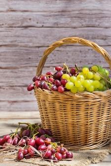 Récolte de raisins de cuve bio frais dans le panier automne