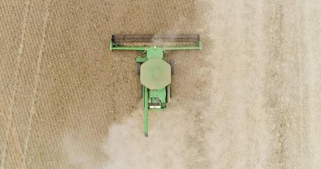 Récolte de soja dans une ferme du mato grosso, au brésil.