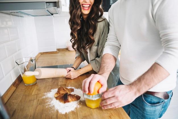 Récolter un couple gai dans la cuisine