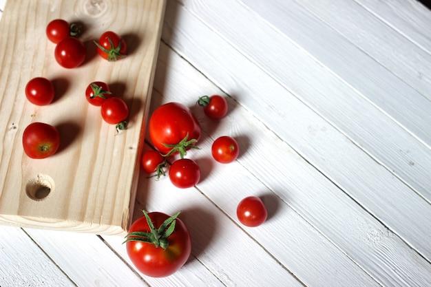 Récolter le dessus des tomates fraîches