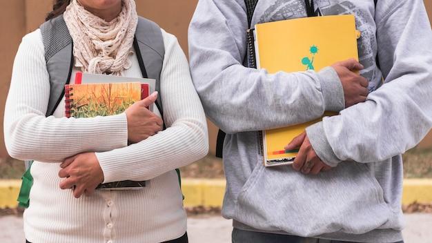 Récolter des élèves avec des cahiers et des manuels scolaires
