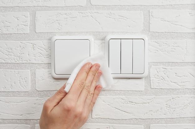 Recommandations pour le nettoyage et la désinfection des interrupteurs d'éclairage domestique contre le coronavirus.
