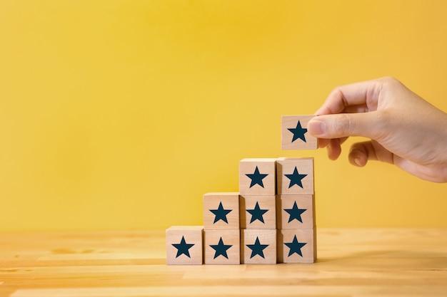 Récompensez, examinez les concepts de résultats de commentaires avec une étoile sur une marche en bois