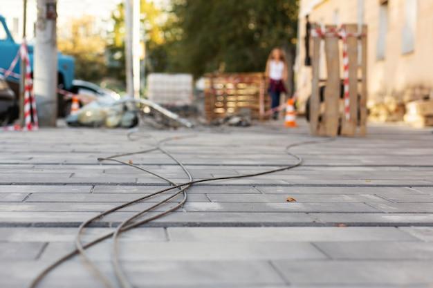 Reconstruction des rues, travail des électriciens. le vieux fil électrique démonté repose sur le sol