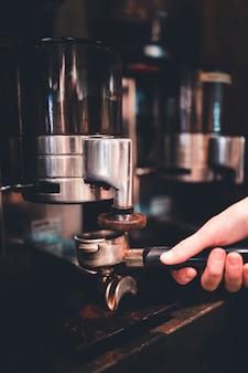 Recouvrir le portafiltre avec du café