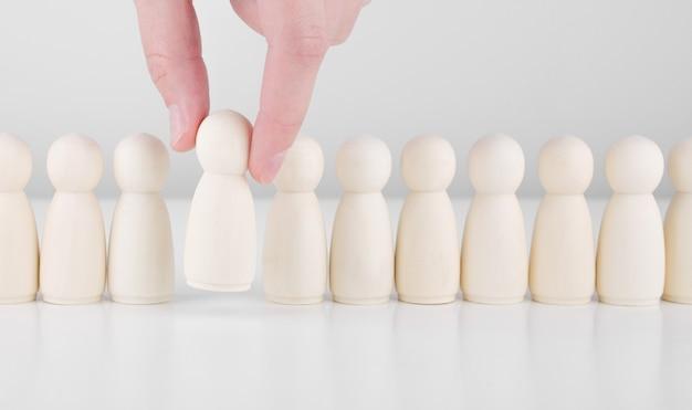 Recrutement d'équipe. beaucoup d'employés et le choix d'un leader parmi la foule. ressources humaines, chasse de têtes et concept de pdg