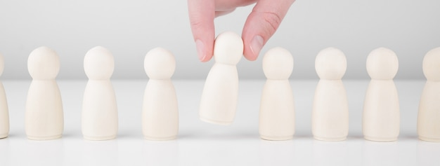 Recrutement d'équipe. de nombreux employés et le choix d'un leader parmi la foule
