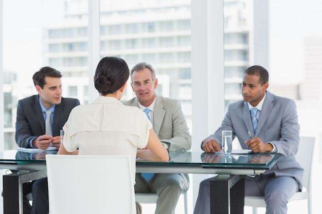 Recruteurs vérifiant le candidat lors d'un entretien d'embauche