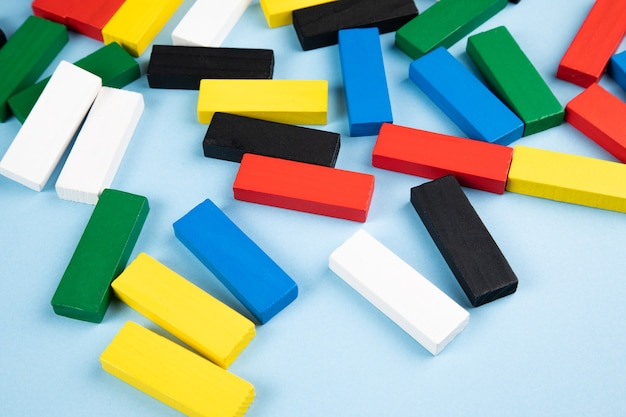 Rectangles en bois multicolores sur une surface sombre