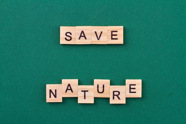 Le recyclage aide à sauver la nature. cubes en bois avec des lettres isolées sur fond vert.