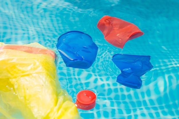 Recyclage du plastique, pollution et concept environnemental - problème environnemental de la pollution par les déchets plastiques