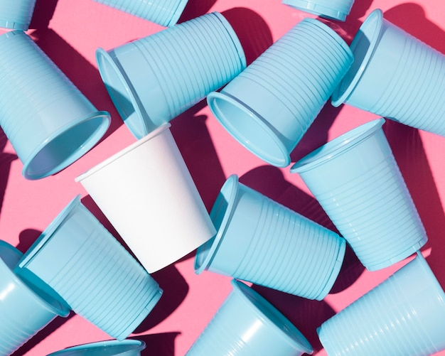 Recyclage des gobelets bleus en plastique