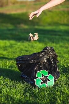 Recycler le concept avec une femme collecte des ordures