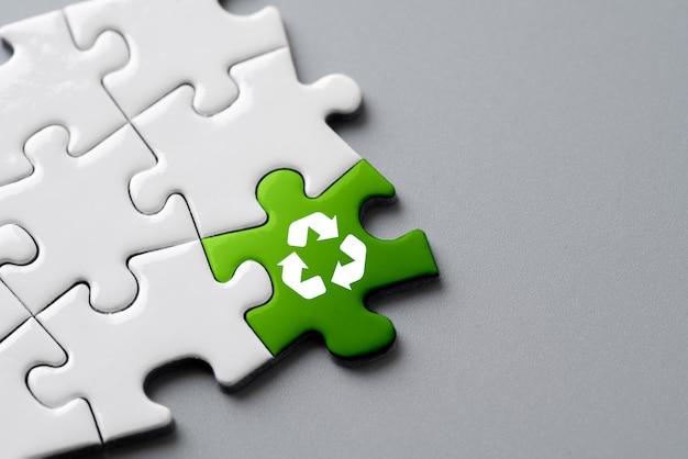 Recycler l'icône sur le puzzle pour eco & green