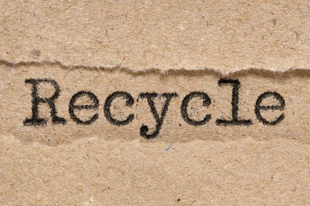 Recycler le mot sur papier déchiré brun craft