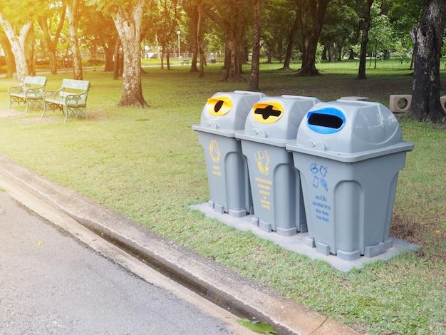 Recycler les poubelles dans le parc