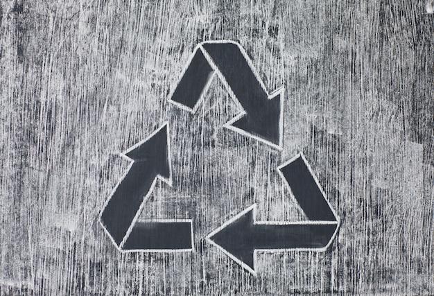 Recycler le symbole sur un fond blanc crayeux