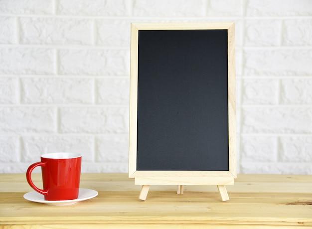 Red coffee cup blackboard sur le bureau à la maison de bureau
