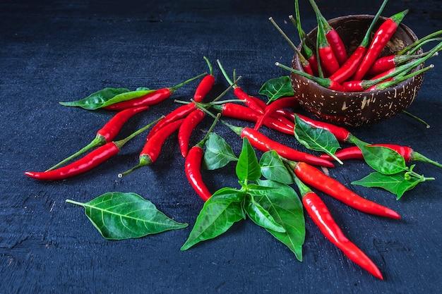 Red hot chili pepper sur un plancher de bois noir