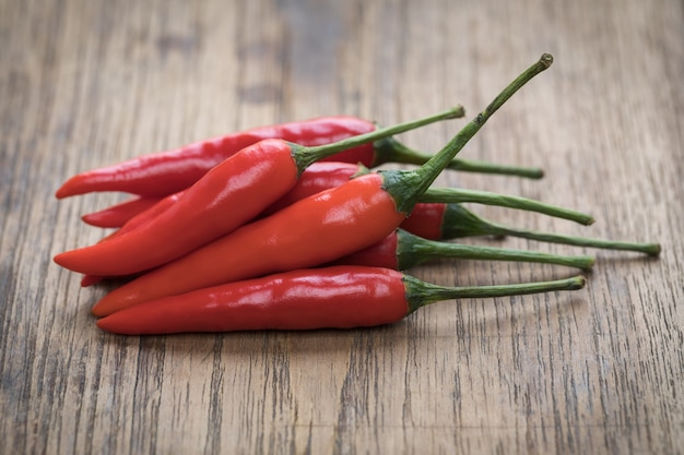 Red hot chili peppers sur fond en bois