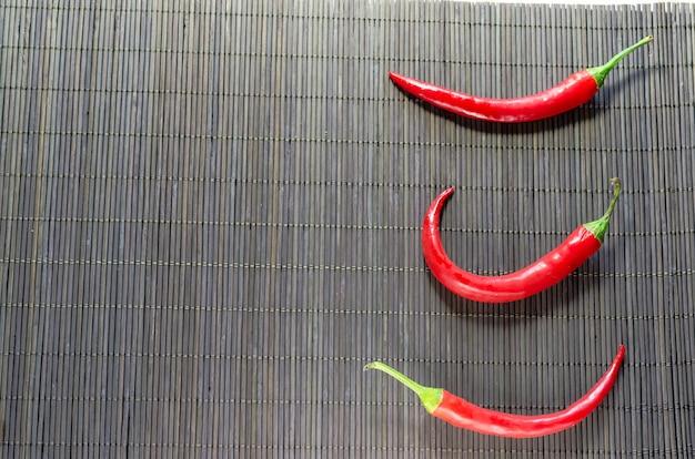 Red hot chili peppers sur une serviette en bambou
