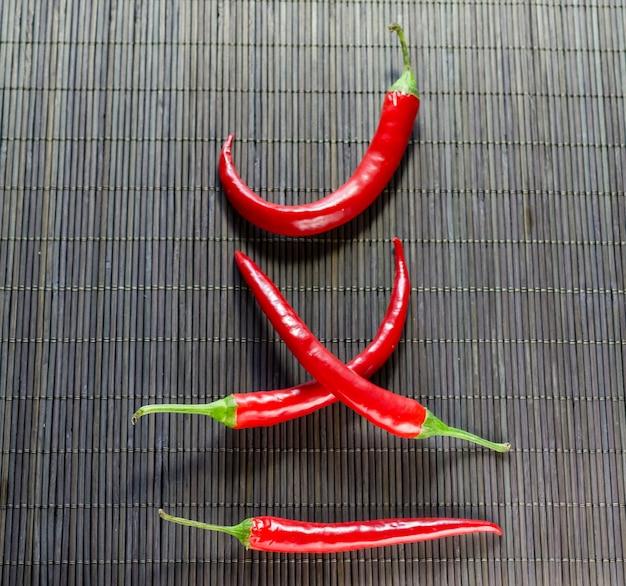 Red hot chili peppers sur serviette en bambou